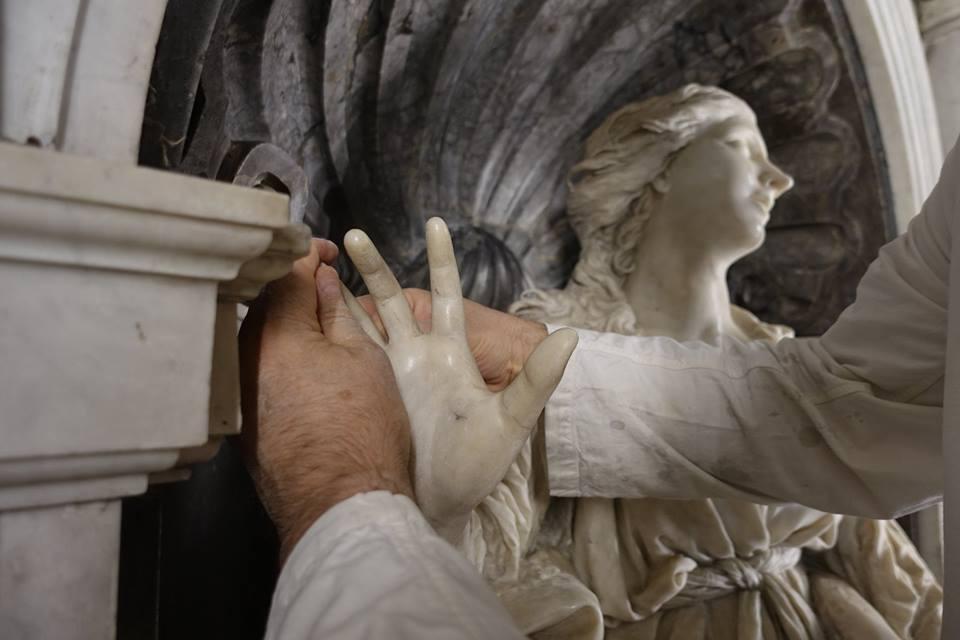 Ricollocazione anulare destro della Santa Bibiana di Bernini Foto facebook Soprintendenza Speciale Roma