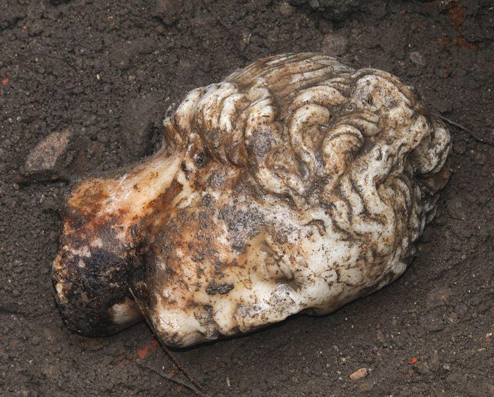 Testa marmorea ritrovata negli scavi di Ostia Antica