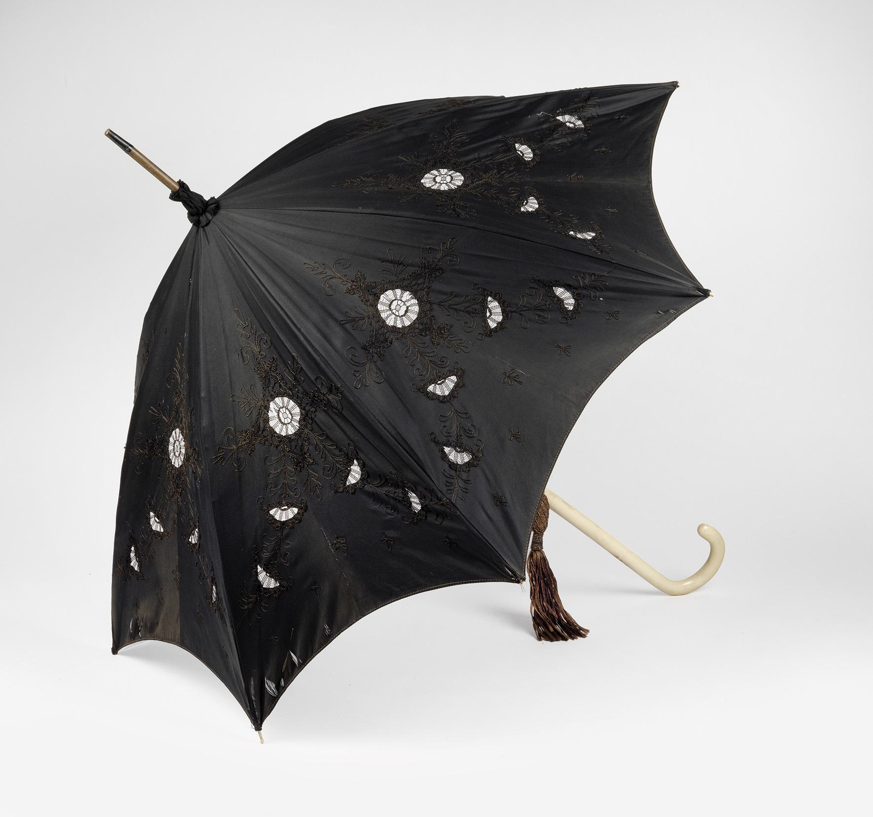 """mperatrice Elisabetta d'Austria: parasole, sul manico è incisa l'iniziale """"E"""" con la corona di Santo Stefano , ca.1890, prezzo realizzato € 18.750"""