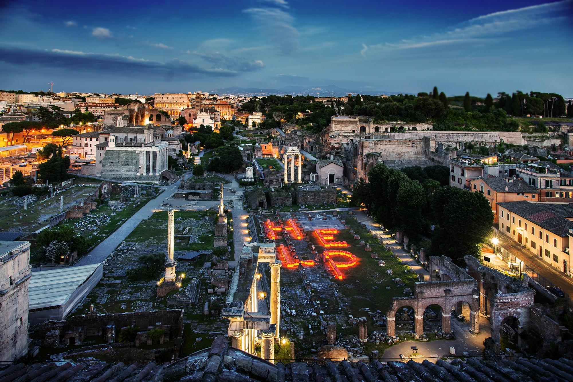 Da Roma un grido d'aiuto al mondo: HELP the Ocean! L'installazione luminosa di Maria Cristina Finucci