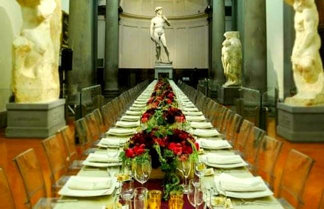 La foto dell'ipotetica cena con il David di Michelangelo