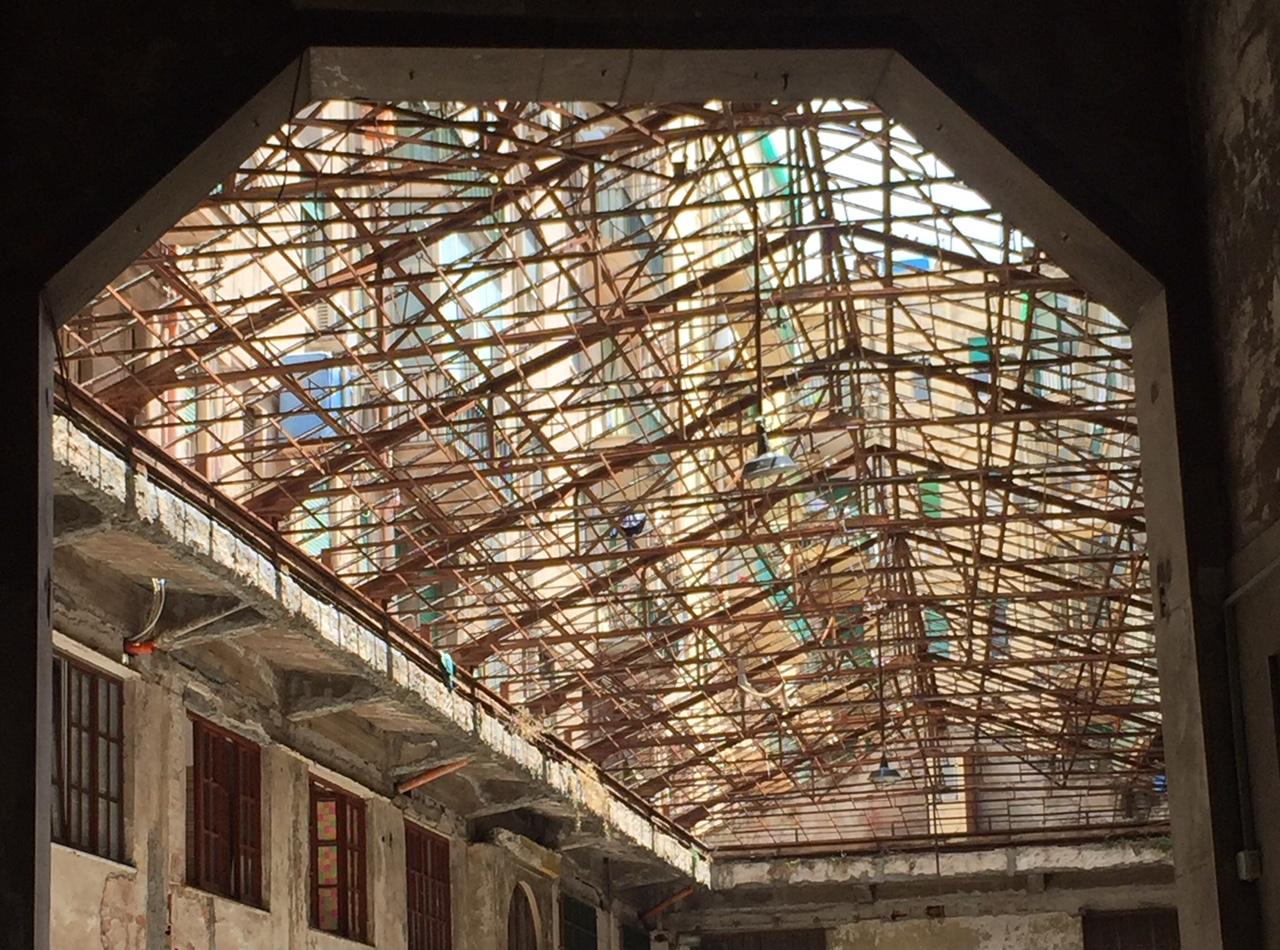 Una scheletrica tettoia in un cortile di via Maqueda, a Palermo