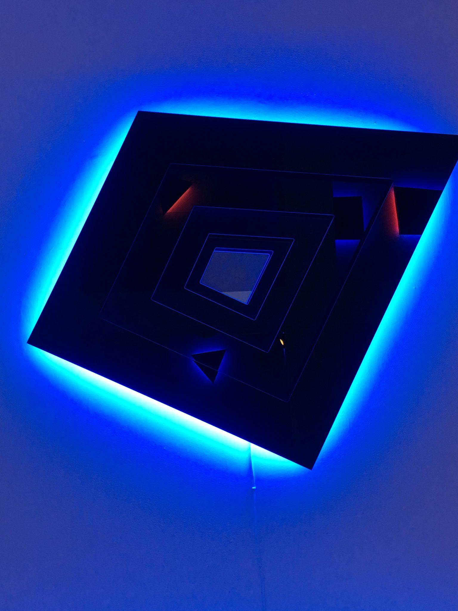 Paesaggi di neon. Nanda Vigo a Milano, un'esperienza multisensoriale