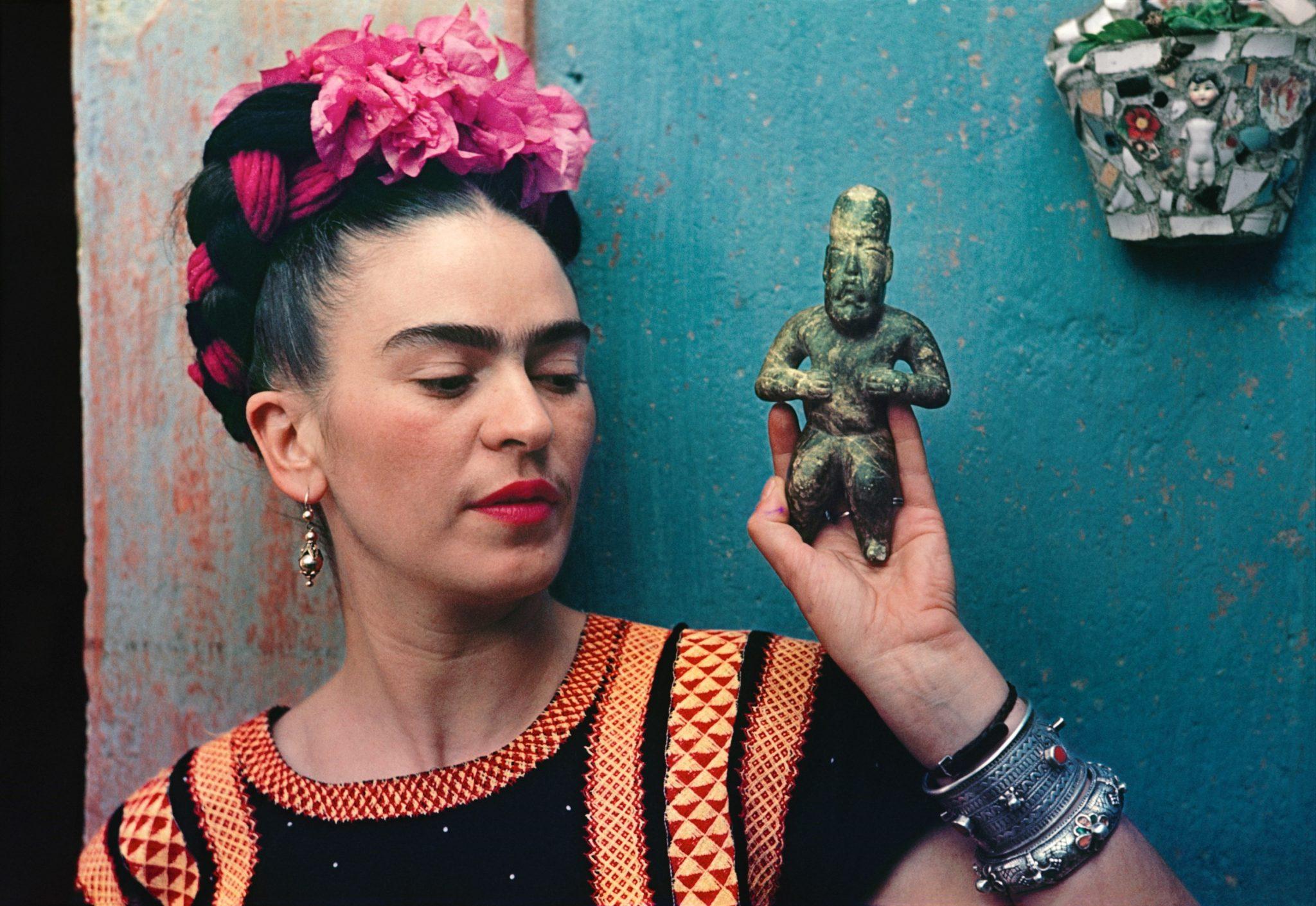 3. Nickolas Muray, Frida Kahlo con figura Olmeca, 1939, fotografia, Victoria and Albert Museum, Londra.