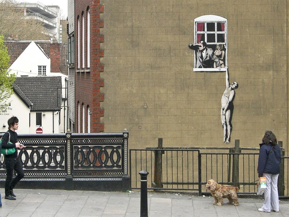 murale di Banksy a Bristol con un uomo nudo che penzola da una finestra scoperto dal marito dell'amante