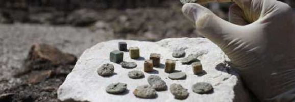 monete e dadi ritrovati durante gli scavi nell'Anfiteatro Flavio