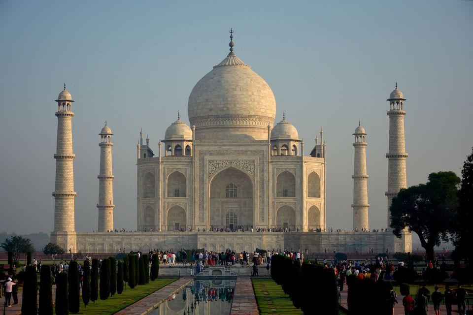 """Il Taj Mahal diventa giallo. Corte Suprema indiana: """"restaurarlo o demolirlo"""""""