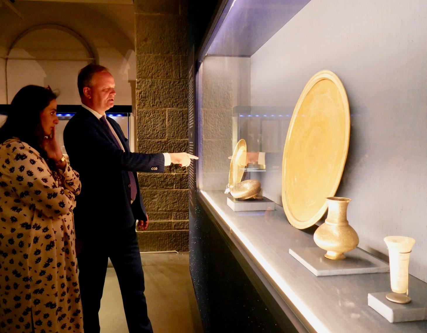La sceicca del Qatar Al-Mayassa bint Hamad bin Khalifa al-Thani in visita agli Uffizi