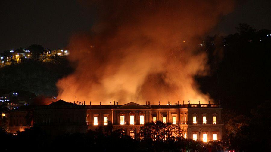 Inferno di fuoco al National Museum of Brazil. Duecento anni di storia avvolti dalle fiamme