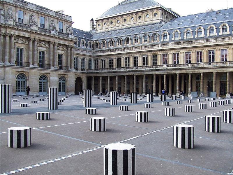 Daniel Buren, Les Deux Plateaux (1985–1986) Palais Royal, Parigi.