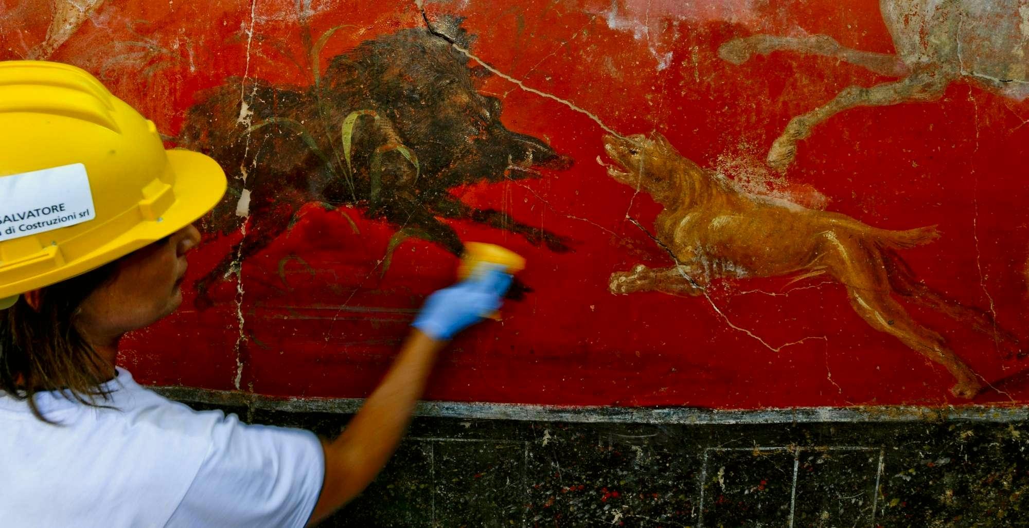 Affreschi del larario scoperto a Pompei (Foto Ansa - Ciro Fusco)
