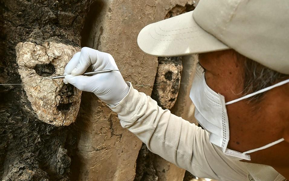 Archeologi al lavoro sulle statue rinvenute a Chan Chan (foto CRIS BOURONCLE - AFP)