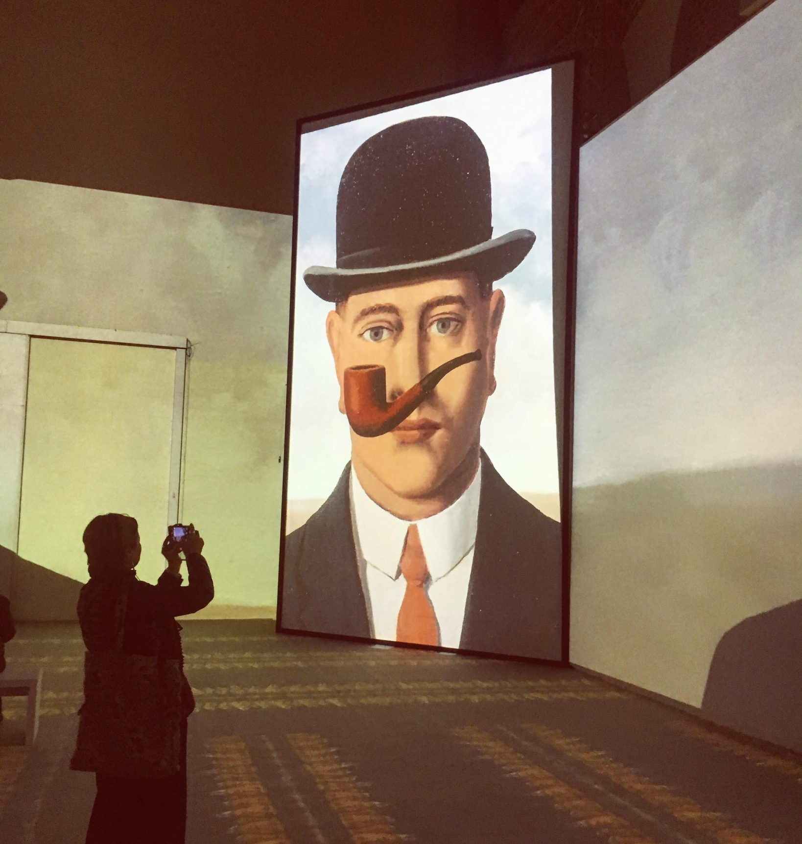 Immergersi nella surrealtà di René Magritte con la realtà digitale, a Milano