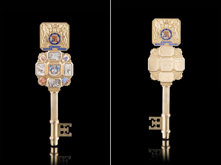 Lotto 904 – Asta 428 Chiave in oro e smalti contenuta nel suo astuccio d'origine. Oro 9 carati con punzone di garanzia di Birmingham Turner & Simpson. Eseguita per essere donata a sua maestà Re Edoardo VIII. Anno di produzione 1936 Valutazione € 10.000-11.000