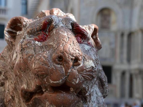 Il Leoncino di San Marco imbrattato (ansa)