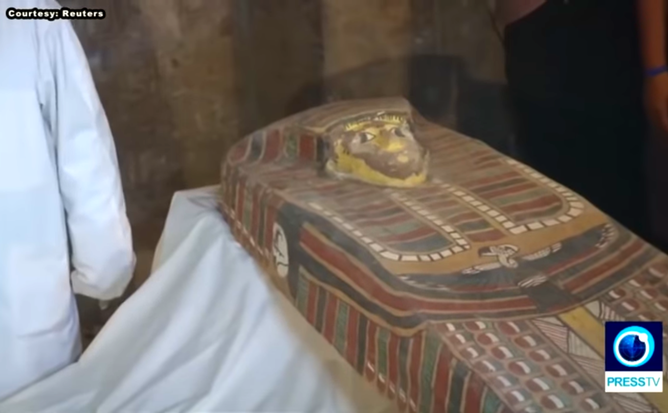 L'apertura del sarcofago scoperto a Luxor