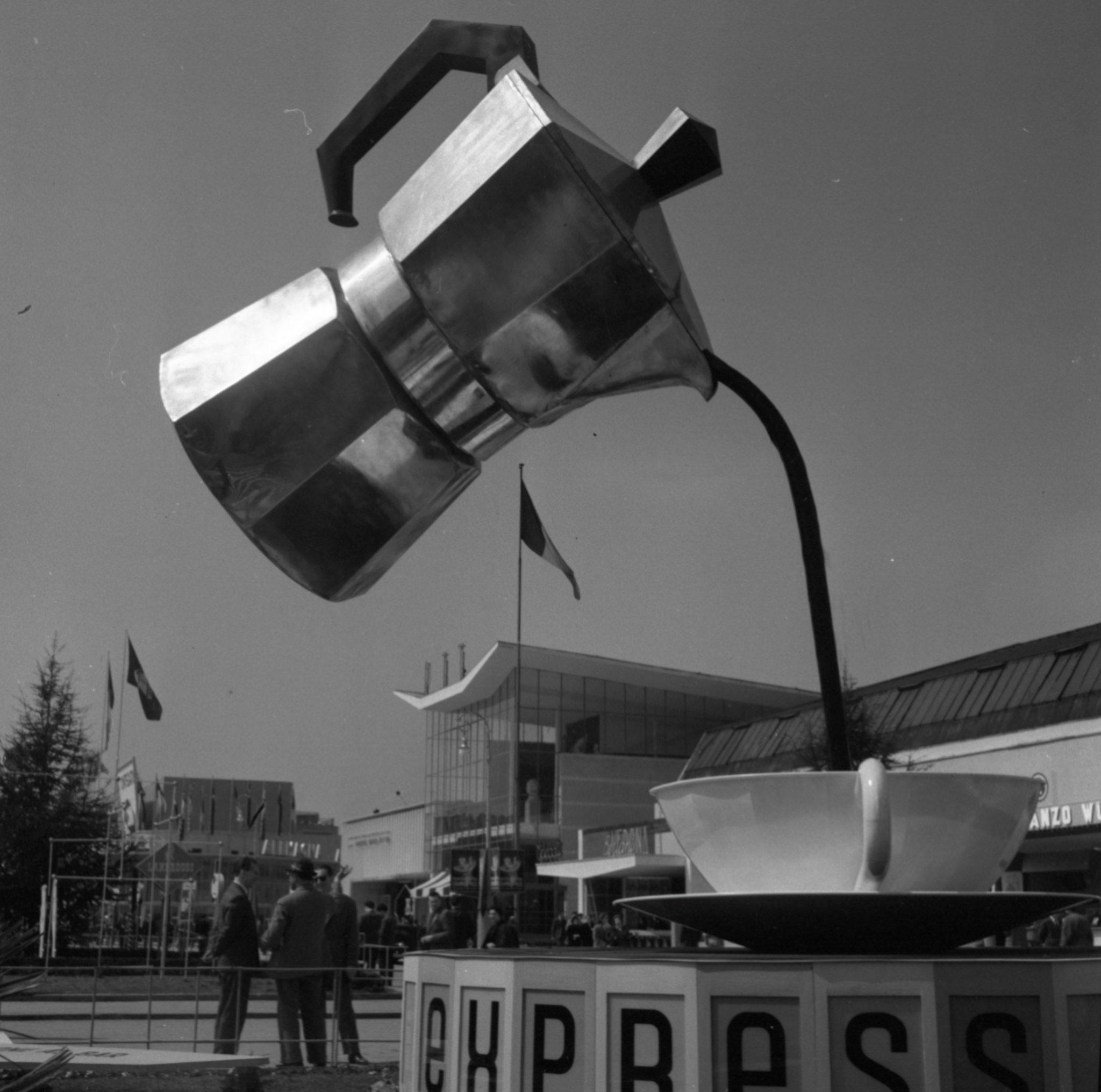 1954. Installazione pubblicitaria Bialetti alla Fiera Campionaria di Milano.