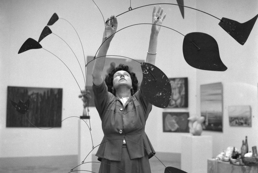 Peggy Guggenheim al padiglione greco con Arco di petali (1941) di Alexander Calder, XXIV Biennale di Venezia, 1948. Solomon R. Guggenheim Foundation, Venice, photo Archivio Cameraphoto Epoche. Gift, Cassa di Risparmio di Venezia, 2005