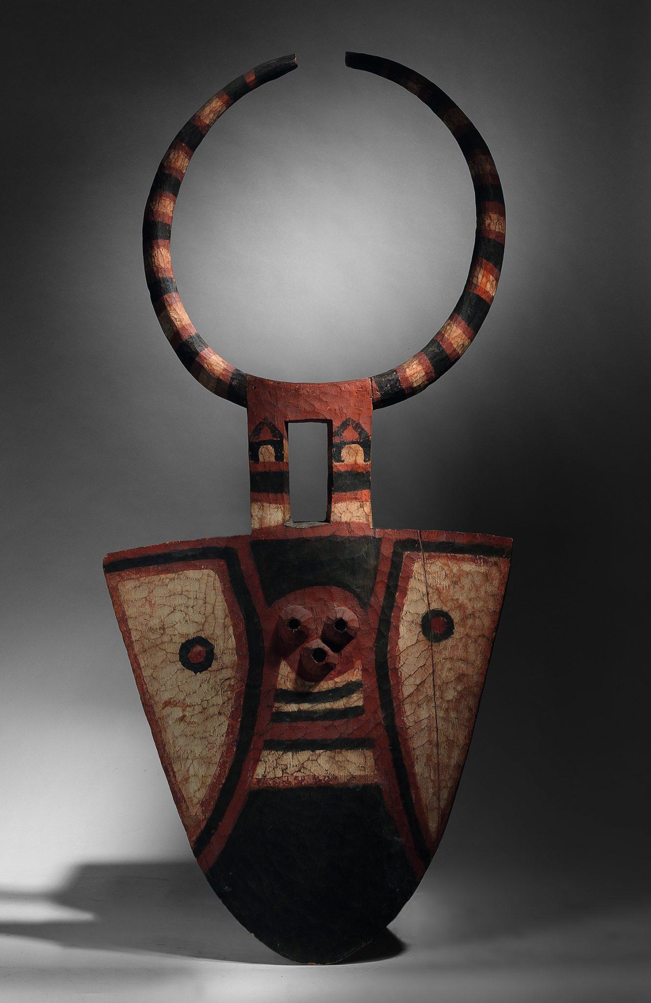"Maschera di danza ""Bedu"" dei Nafanan, dei Kulango, regione Bondouko, Ghana, altezza 202 cm, Collezione Franco Monti, stima € 40.000 - 50.000"