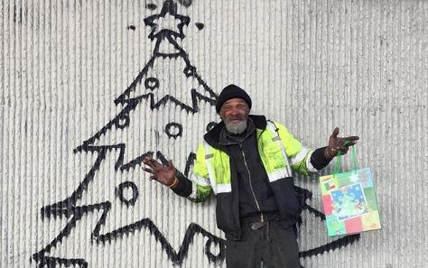 Il Christmas Tree sociale dello street artist Skid Robot
