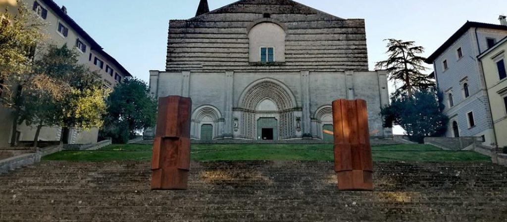 Le San Martino Altars di Beverly Pepper sulla scalinata del Tempio di San Fortunato