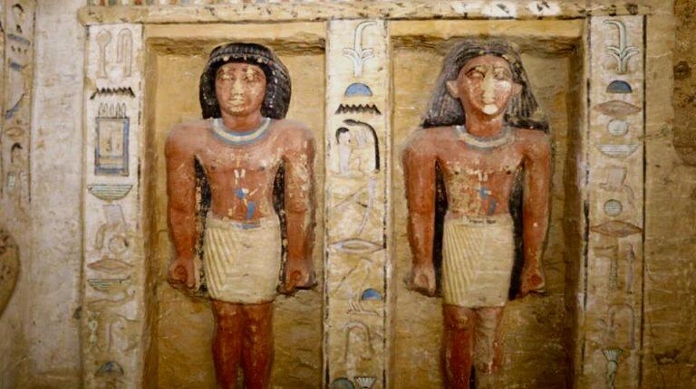 Statue policrome scoperte nella tomba a Saqqara, in Egitto