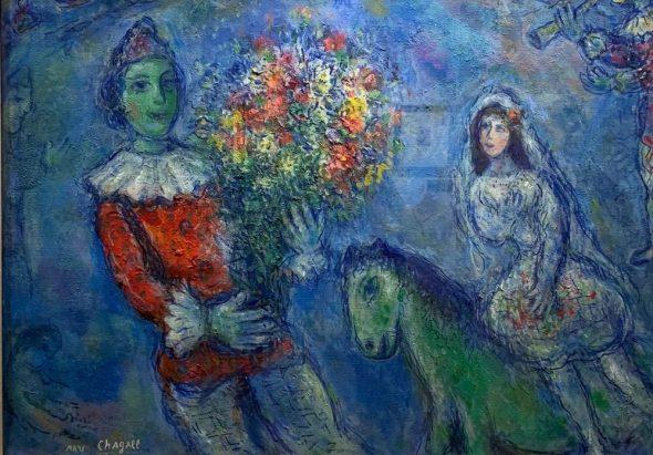 un uomo con un mazzo di fiori una creatura fantastica e una donna nel quadro di chagall