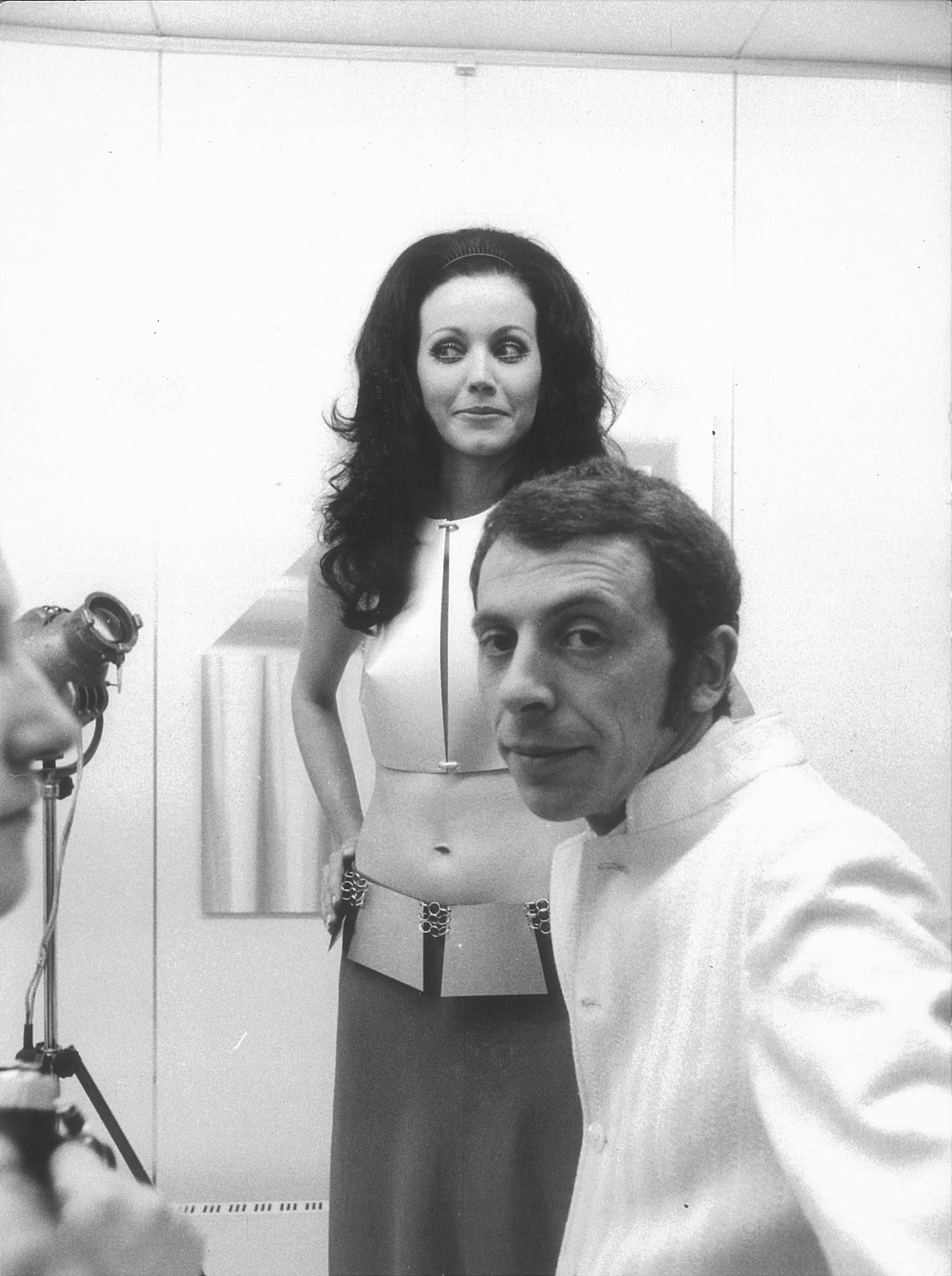 Una modella indossa le opere di Getulio Alviani in presenza dell'artista, presso la sua mostra ad Artestudio, Macerata, 1970. Courtesy Pio Monti.
