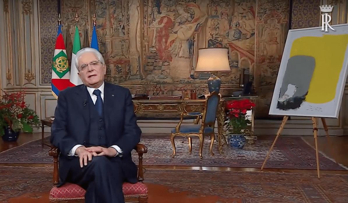 Il Presidente Mattarella durante il messaggio di fine anno, con l'opera alla sua sinistra