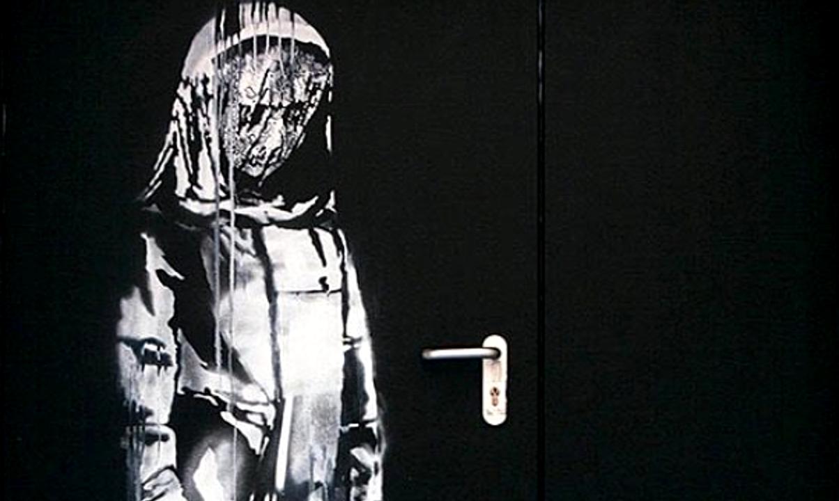 L'opera attribuita a Banksy sulla porta dell'uscita di soccorso del teatro Bataclan