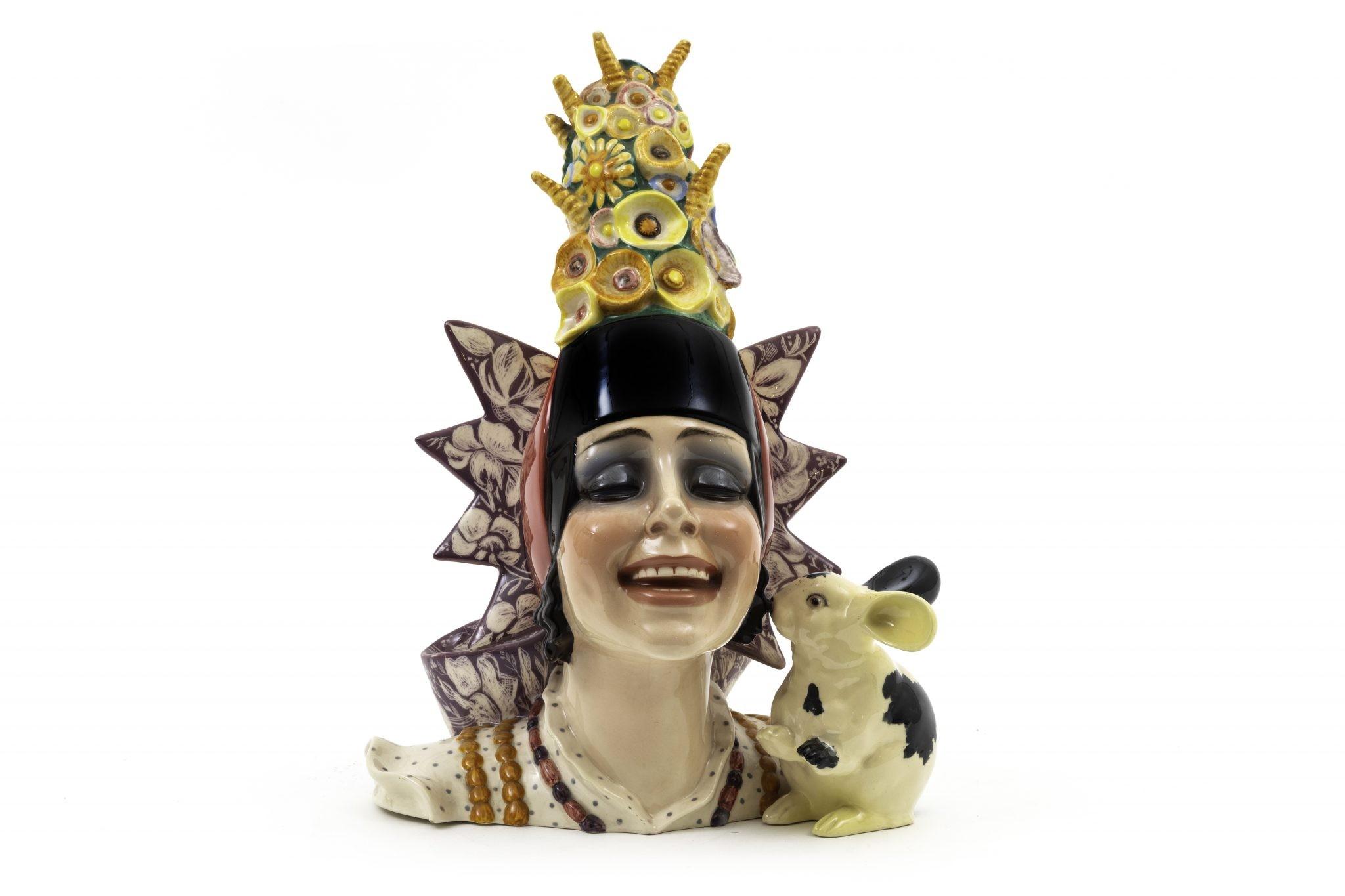 Lotto 2 (189315) ESSEVI, 1935 ca Il coniglietto Testa di donna con copricapo di fiori e coniglietto, in terraglia a colaggio con decori in policromia. Marchio sulla base. Altezza cm 40, cm 25x30 Stima 1.000-1.200