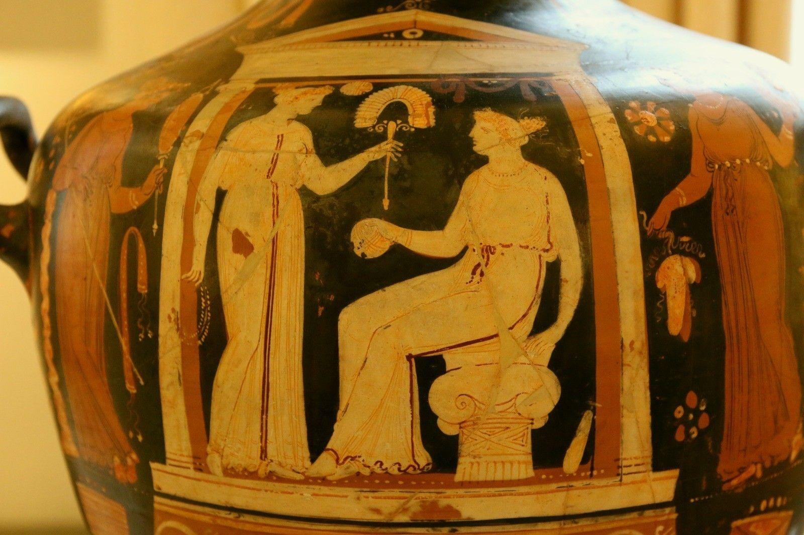 Hydria apula a figure rosse, attribuito alla scuola dei pittori Varrese e dei nasi camusi, 350-330 a.C.