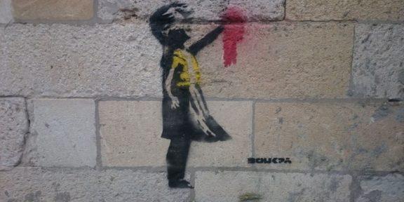 L'immagine della bambina con gilet giallo, attribuita a Banksy