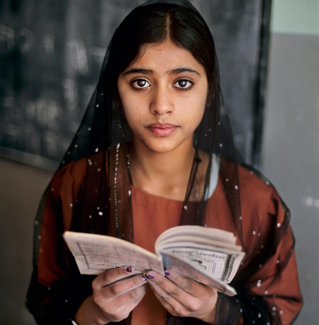 Persone assorte da tutto il mondo. Gli scatti di Steve McCurry dedicati alla lettura, a Torino