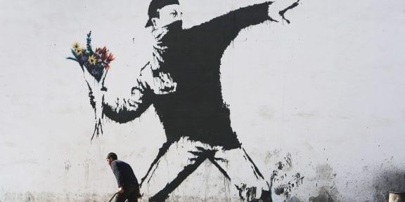 Una delle opere simbolo di Banksy