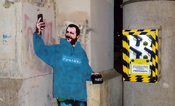 Sagoma di cartone raffigurante matteo salvini ad opera dello street artist Sirante