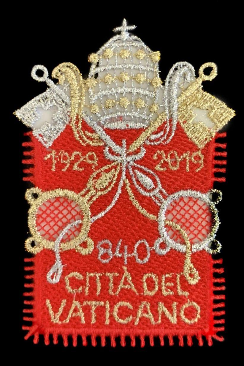 francobollo stoffa Lo stemma vaticano tessuto in Austria per il francobollo celebrativo dei 90 anni dello Stato.