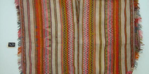Perù - dipartimento di Cusco - area di Pitumarca - Poncho con frange e decorazioni - 1920 circa.