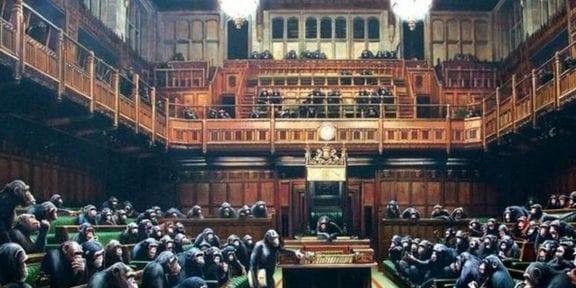 Banksy si fa nuovamente vivo sul suo account Instagram e posta la foto del suo Parlamento di scimpanzé in occasione della Brexit e dell'esposizione dell'opera (guarda caso) al Bristol Museum & Art Gallery