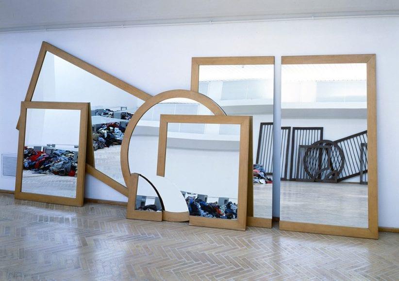 Michelangelo Pistoletto, Il disegno nello specchio, 1979, cornici e specchio, 250 x 500 cm, foto Archivio Pistoletto