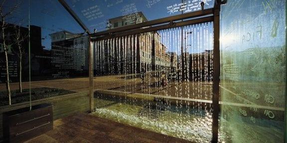 Le parole scaldano 2004 Vetro, inox, travertino, bisazza, acqua 600x500x340 cm Opera permanente, Courtesy Comune di Quarrata