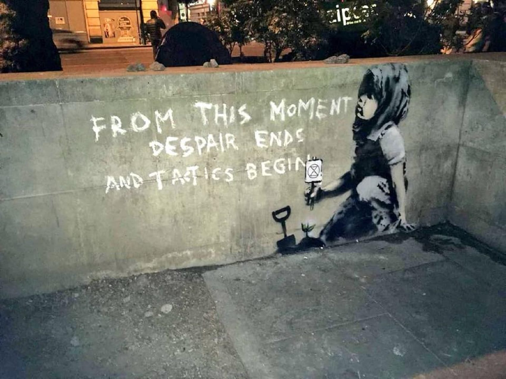 Un bimbo con una piantina e una scritta… Nuovo murale di Banksy ambientalista a Londra