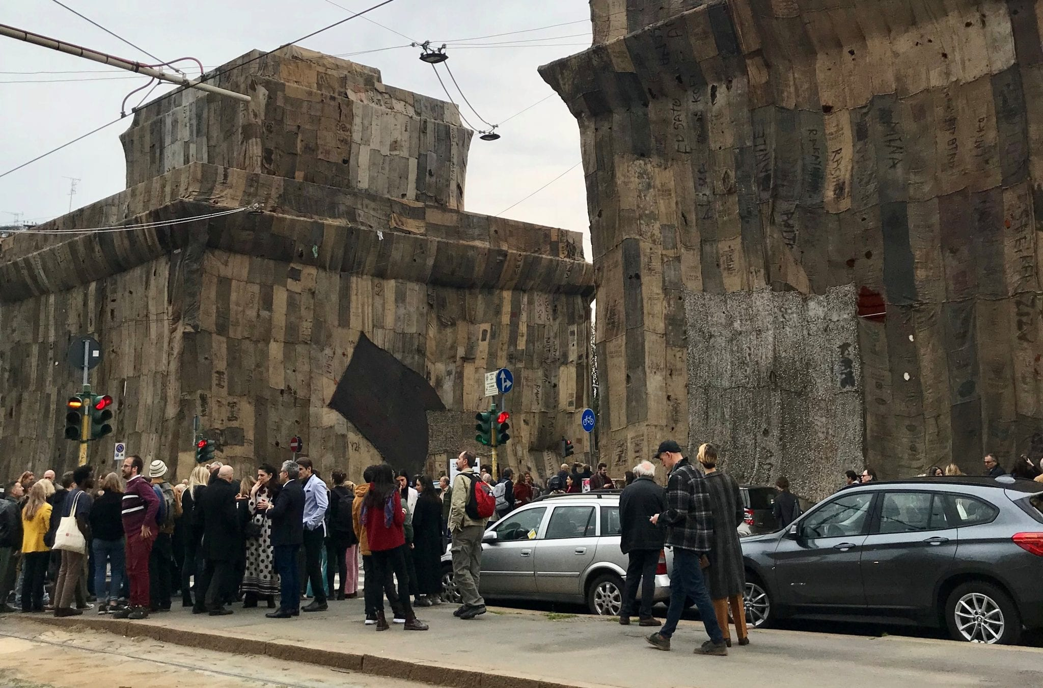 Caselli neoclassici dalla pelle di juta. L'impacchettamento di Ibrahim Mahama a Milano. IMMAGINI