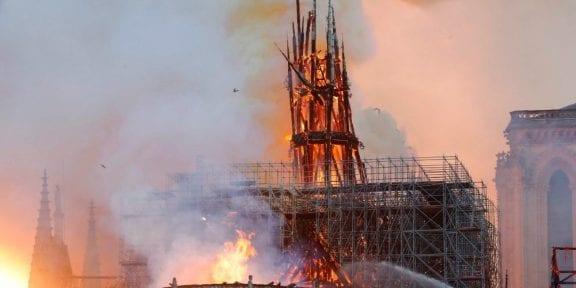 CATASTROFE Notre Damedi Parigi. Brucia la chiesa, crollano la guglia e il tetto