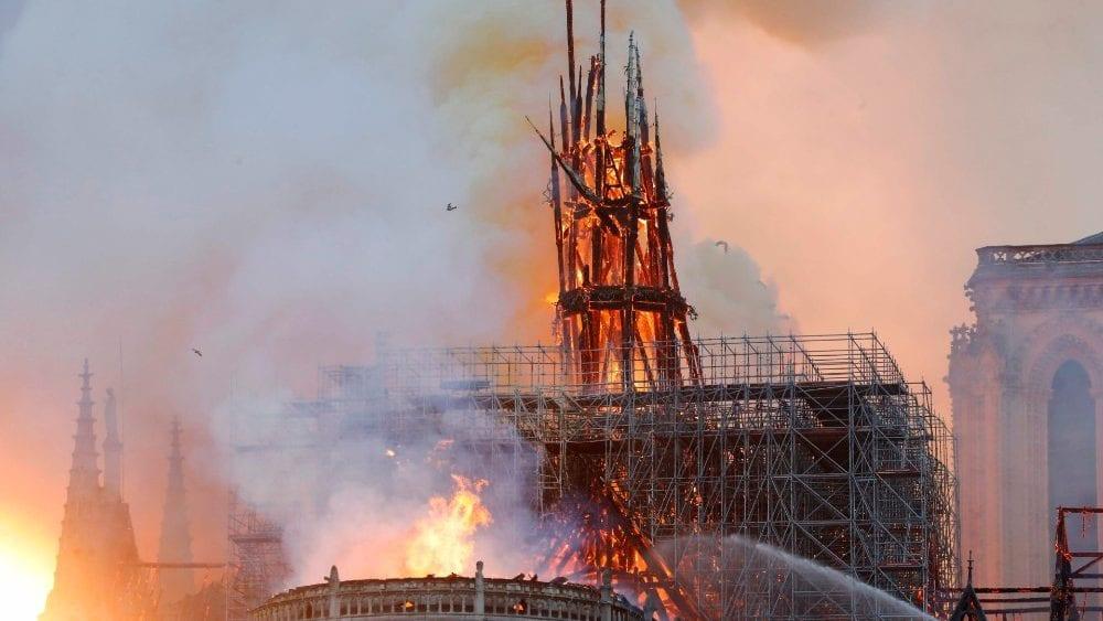 """CATASTROFE. Brucia Notre-Damedi Parigi. Devastata la chiesa, crollano la guglia e il tetto. """"Non resterà nulla"""""""