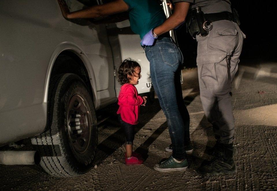 World Press Photo of the Year 2019: vince John Moore con la bimba che piange al confine Messico/USA