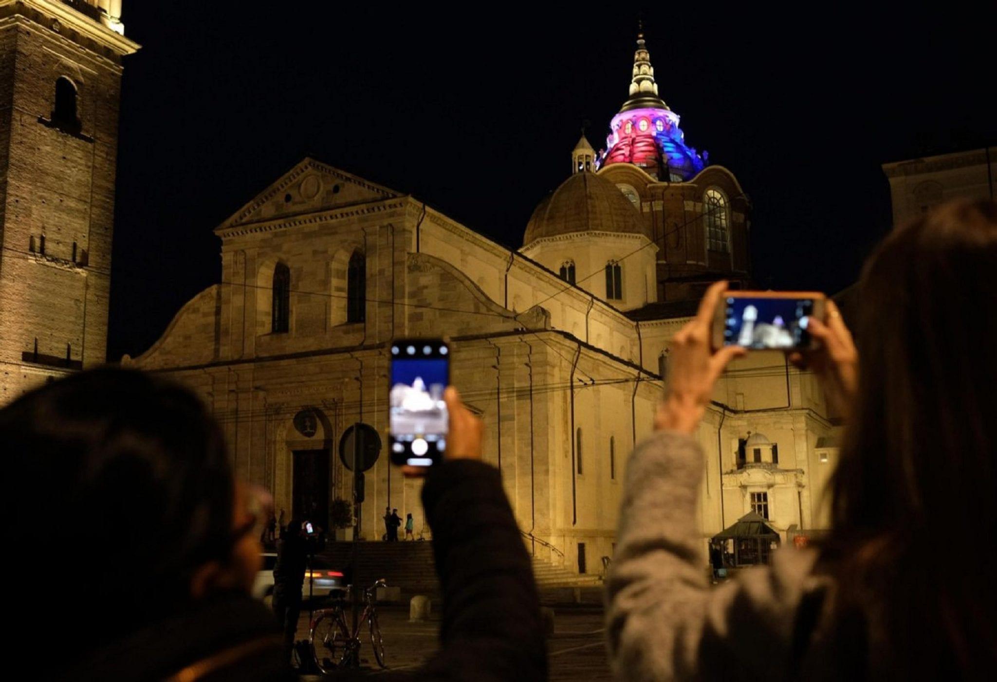 Notre-Dame: l'Italia dell'arte con il cuore (e le luci) a Parigi