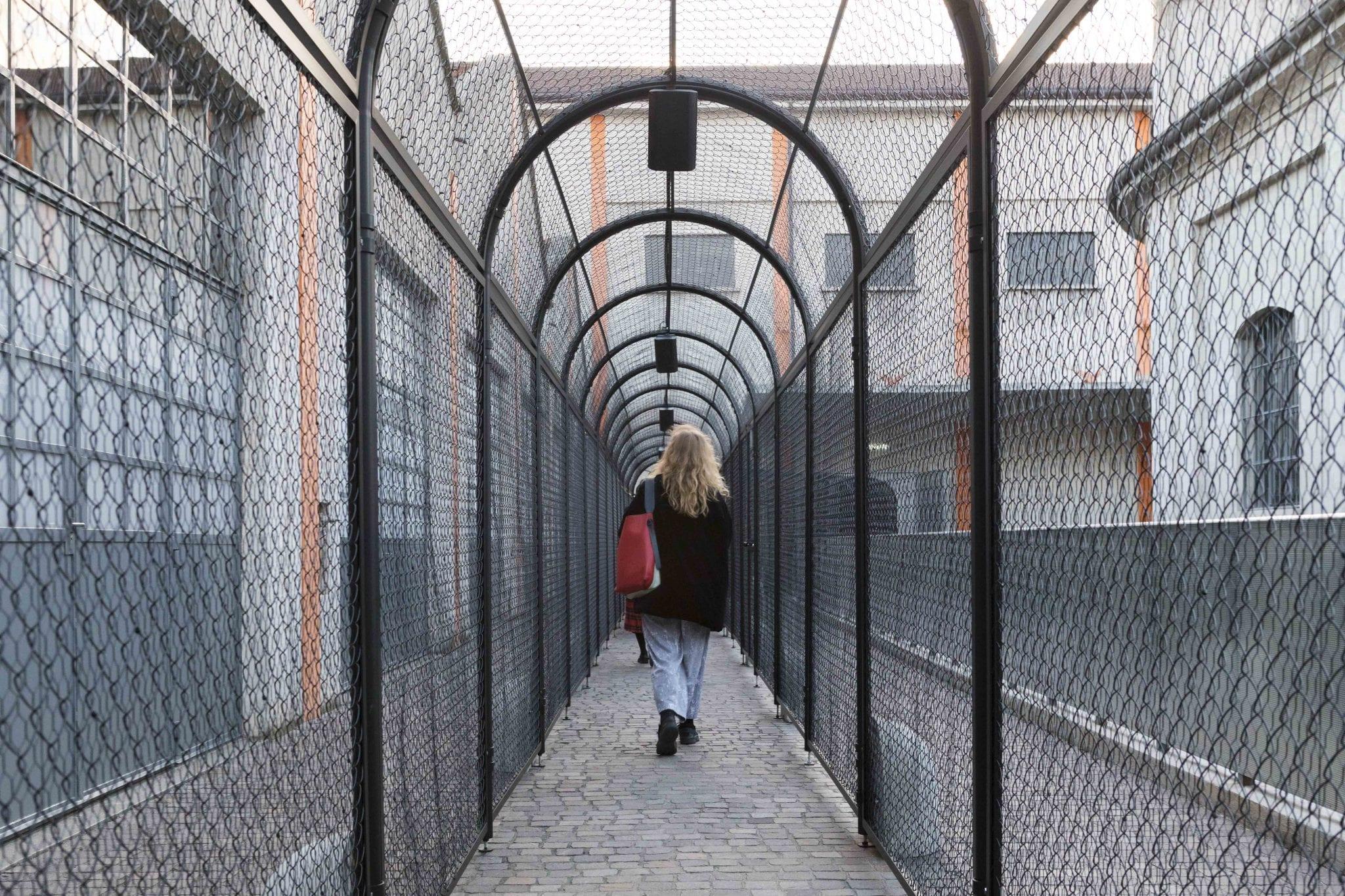 Il Ritorno alla terra nel folle progetto (stregato) di Fitch e Trecartin alla Fondazione Prada di Milano
