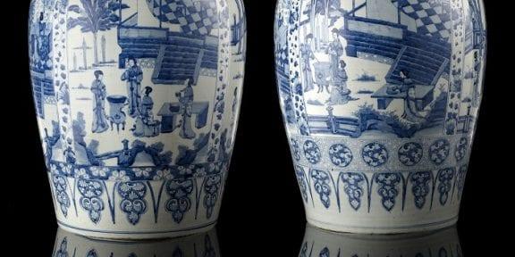 Lotto 147 Coppia di importanti vasi con coperchio in porcellana bianca e blu, ciascuno con corpo ovoidale, collo leggermente svasato, decorati con quattro pannelli raffiguranti dame tra padiglioni e giardini, separati da tra loro da motivi a pendenti e decorativi, i coperchi a cupola decorati con oggetti preziosi e sormontati da pomolo . Cina, dinastia Qing, periodo Kangxi (1662-1722). Provenienza: Collezione privata. Sotheby's Londra, 21 marzo 2007, lotto 36. Collezione Alberto Bruni Tedeschi. Con Pietro Accorsi. (h. 80 cm.) Stima € 80.000-85.000