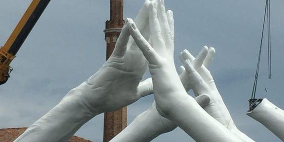 Le grandi mani di Lorenzo Quinn in allestimento nella zona dell'Arsenale di Venezia